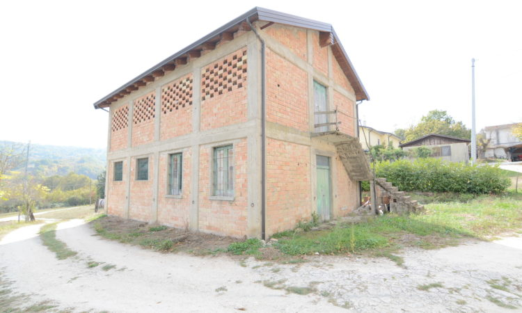 Porzione di casa con terreno e fienile a Lioni 2459 - Tutte le immagini