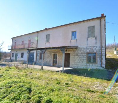 Casale con terreno a Rocca San Felice 2394