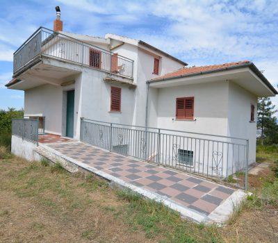 Casa indipendente con terreno a Lacedonia 2044