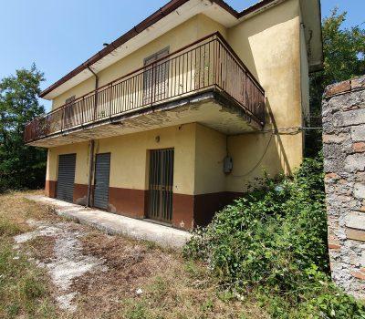 Casa indipendente con 52.268 mq di terreno a Teora 2527